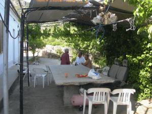 Bustianos Terrasse mit Frau und Sohn